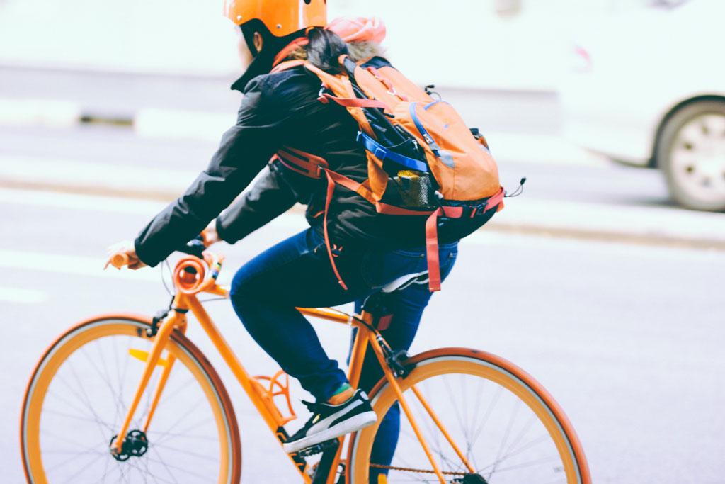 Bote auf einem Fahrrad